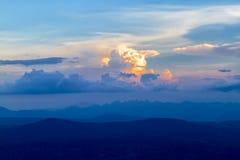 Härligt och färgrikt trevligt för himmel och för moln på soluppgång Royaltyfri Bild