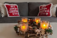 Härligt och hemtrevligt hus som dekoreras under jul arkivbild