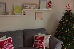 Härligt och hemtrevligt hus som dekoreras under jul arkivfoto