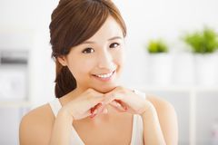 Härligt och le den asiatiska unga kvinnan royaltyfri fotografi
