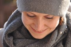 Härligt och le kvinnan i ett lock Royaltyfri Fotografi