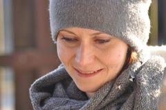 Härligt och le kvinnan i ett lock Arkivfoton