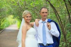 Härligt omfamna för brud och för brudgum Royaltyfri Fotografi
