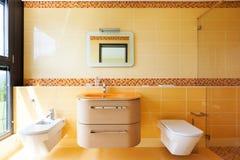 Härligt orange badrum arkivfoto