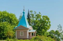 Härligt ortodoxt kapell på en solig sommardag Kapell av interventionen av den mest heliga modern av guden av den Valaam kloster fotografering för bildbyråer
