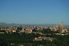 Härligt panorama- foto av mitten av Segovia med dess vägg och majestätiska domkyrka i Segovia Arkitektur lopp, historia arkivbilder