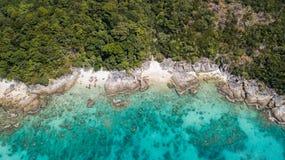 Härligt panorama- landskap av den tropiska Maldiverna ön med den sandiga stranden av crystal vatten av Indiska oceanen royaltyfri fotografi