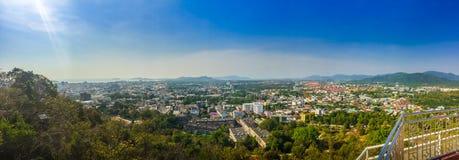 Härligt panoramalandskap i 180 grader sikt av den Phuket staden Arkivfoto