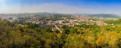 Härligt panoramalandskap i 180 grader sikt av den Phuket staden Arkivbild