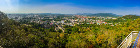 Härligt panoramalandskap i 180 grader sikt av den Phuket staden Royaltyfri Fotografi