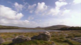 Härligt panorera skott av drömlikt irländskt land arkivfilmer