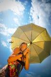 härligt paraplykvinnabarn royaltyfria bilder