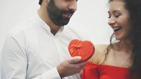 härligt parbarn Krama en kyss och tycka om den tillsammans Beröm för dag för valentin` s Grabben ger gåvaasken