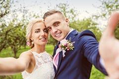härligt parbröllop arkivbild