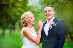 härligt parbröllop Arkivfoto