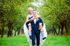 härligt parbröllop Arkivbilder