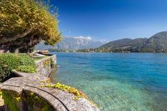 Härligt parkera längs kusten av sjön Como arkivbild