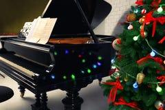Härligt piano och julgran Arkivbild