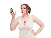 Härligt plus formatkvinna med spegeln Royaltyfri Bild