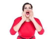 Härligt plus formatkvinnan som ropar till och med megafonen, formade handen Arkivfoton