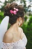 Härligt plus formatmodellkvinna med den stilfulla gifta sig frisyren som dekoreras med rosa blommor i ett trendigt bröllop fotografering för bildbyråer