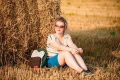 Härligt plus ung kvinna för format i skjortan som in poserar royaltyfri fotografi