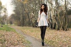 Härligt posera för brunettkvinna. Royaltyfri Foto