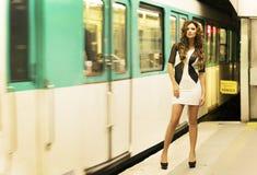Härligt posera för brunettkvinna. Arkivfoton