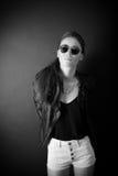 Härligt posera för ung kvinna Arkivfoto