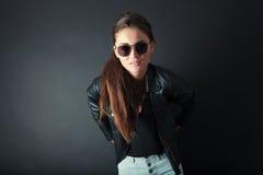 Härligt posera för ung kvinna Arkivfoton