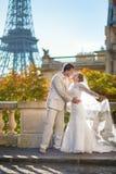 Härligt precis gift par i Paris Arkivfoto