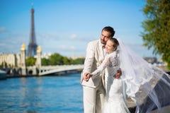 Härligt precis gift par i Paris Royaltyfri Foto
