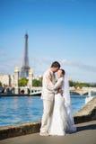 Härligt precis gift par i Paris Royaltyfria Bilder