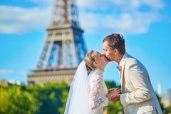 Härligt precis gift par i Paris royaltyfri fotografi