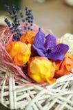 Handcrafted ordning med färgrika blommor Arkivfoto