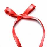 Härligt rött band och pilbåge, goda för design. Isolerat på en vit bakgrund Royaltyfri Bild