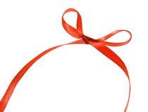 Härligt rött band och pilbåge, goda för design. Isolerat på en vit bakgrund Royaltyfri Fotografi