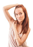 Härligt rött haired kvinnligt iklätt en rosa klänning Arkivfoto