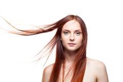 Härligt rött haired med blåsigt hår royaltyfri bild