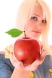 härligt rött kvinnabarn för äpple Arkivbild