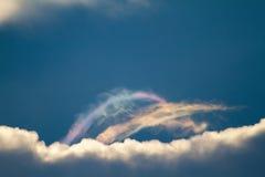 Härligt regnbågefärgmoln på bakgrund för blå himmel Arkivbilder