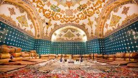 Härligt restaurangrum i orientalisk designstil med mattor och konstnärlig atmosfär Fotografering för Bildbyråer