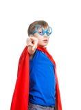 Härligt roligt barn som låtsar för att vara superheroanseende royaltyfri bild