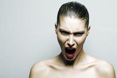 Härligt ropa för kvinna som är ilsket arkivfoton