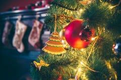 Härligt rum för nytt år med den dekorerade julgranen Royaltyfri Bild