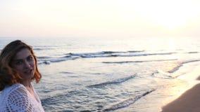 härligt running kvinnabarn för strand stock video
