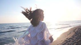 härligt running kvinnabarn för strand lager videofilmer