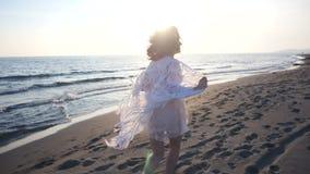 härligt running kvinnabarn för strand arkivfilmer