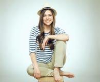 Härligt sammanträde för den unga kvinnan kopplade av den bärande moderna hatten Royaltyfri Foto