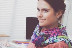 Härligt sammanträde för modeformgivare på skrivbordet i studio arkivfoto